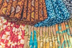 Stäng sig upp av populär traditionell indonesisk bomullsbatik i shoppinggallerian av den Bali ön, Indonesien royaltyfri foto