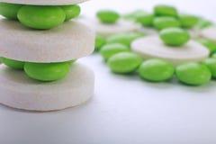 Stäng sig upp av preventivpillerkapsel på vit bakgrund royaltyfri bild