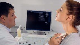 Stäng sig upp av processen av ultraljudundersökning av struphuvudet arkivfilmer