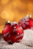 Stäng sig upp av prydnaden med glad jul på den Arkivbilder