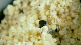 Stäng sig upp av rört popcorn i bunke på fabriken 4K stock video