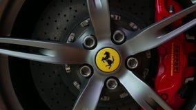 Stäng sig upp av rött Ferrari F430 Scuderia Front Wheel bromssystem med logotypen på Bangkok Thailand, Juli 2017 arkivfilmer