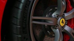 Stäng sig upp av rött Ferrari F430 Scuderia Front Wheel bromssystem med logotypen på Bangkok Thailand, Juli 2017 lager videofilmer