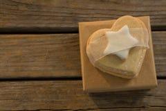 Stäng sig upp av söt mat för olika former på tabellen under jul arkivfoton