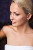 Stäng sig upp av sammanträde för ung kvinna i badlakan Royaltyfri Bild