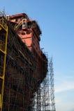 Stäng sig upp av skeppet under konstruktion med materialet till byggnadsställning Arkivbild