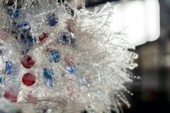 Stäng sig upp av skivade plast- flaskor med röda och blåa lock royaltyfria foton