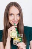 Stäng sig upp av slank flicka med citronvatten Fotografering för Bildbyråer