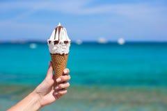 Stäng sig upp av smaklig glass i dillandebakgrund Arkivfoton
