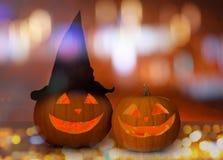 Stäng sig upp av sned halloween pumpor på tabellen Arkivfoto