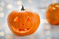 Stäng sig upp av sned halloween pumpor på tabellen Arkivbilder