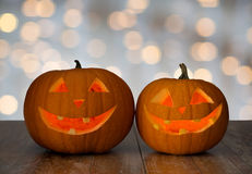 Stäng sig upp av sned halloween pumpor på tabellen Arkivbild