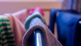 Stäng sig upp av sockan som torkar på en kugge, dag Visa tvätteridagen, lokalvård, hussysslor och miss av sockapar royaltyfri foto