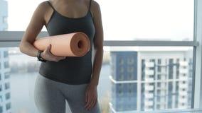 Stäng sig upp av sportive kvinna med matt yoga arkivfilmer