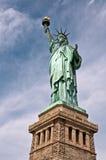 Stäng sig upp av statyn av frihet med hennes sockel arkivbilder