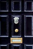 Stäng sig upp av svart träingångsdörr med mässingsbokstavsasken i traditionell stil, Dublin Ireland Royaltyfri Foto