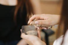 Stäng sig upp av täckstift för bruk för makeupkonstnär på spackeln arkivbild
