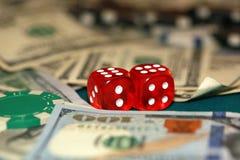 Stäng sig upp av tärning, chiper och kassa på den gröna kasinotabellen royaltyfria bilder
