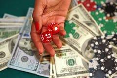 Stäng sig upp av tärning, chiper och kassa på den gröna kasinotabellen royaltyfri fotografi
