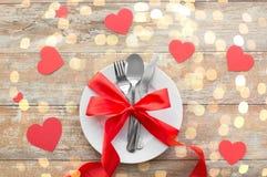 Stäng sig upp av tabellinställningen för valentindag royaltyfri fotografi
