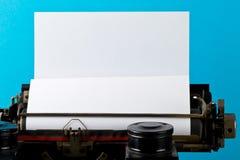 Stäng sig upp av tappningskrivmaskinen med det tomma tomma arket av papper Fotografering för Bildbyråer