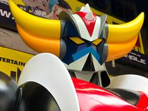 Stäng sig upp av tappningstatyn av den ufoRobo Grendizer roboten royaltyfria foton
