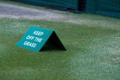 Stäng sig upp av tennisbanan på Wimbledon, med tecknet som säger `-uppehället av gräs`en som fotograferas under de 2018 mästerska arkivfoto