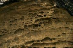 Stäng sig upp av texturen av den stora sandiga klippan Arkivbilder