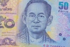 Stäng sig upp av Thailand valuta, thai baht med bilderna av den Thailand konungen Valör av 50 bahter Arkivfoton