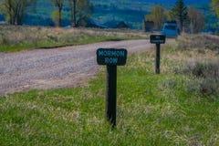 Stäng sig upp av trätecknet som lokaliseras på en sida av stenig väg som leder till den storslagna Teton nationalparken, Wyoming  arkivbilder