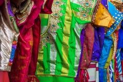 Stäng sig upp av traditionella färgrika broderade indiska sarees arkivbilder