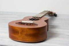 Stäng sig upp av ukulelet på gammal träbakgrund Royaltyfria Foton