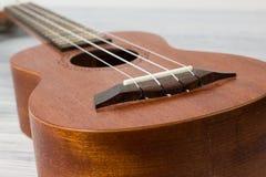 Stäng sig upp av ukulelet på gammal träbakgrund Arkivfoto
