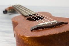 Stäng sig upp av ukulelet på gammal träbakgrund Arkivfoton