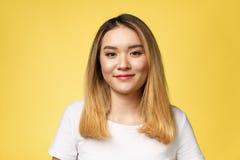 Stäng sig upp av ung asiatisk härlig kvinna med den smiley framsidan royaltyfria foton