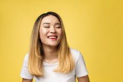 Stäng sig upp av ung asiatisk härlig kvinna med den smiley framsidan royaltyfri bild