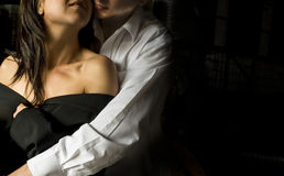 Stäng sig upp av unga härliga par i intim omfamning Arkivfoto