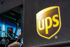 Stäng sig upp av UPS logoen som skrivs ut på en leveranslastbil royaltyfri foto
