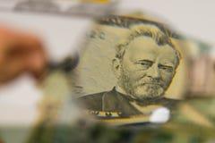 Stäng sig upp av USA sedlar, 50 oss dollaranmärkningen i zoom av förstoringsglaset Royaltyfri Bild