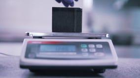 Stäng sig upp av våg som arbetar i labb lager videofilmer