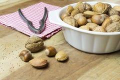Stäng sig upp av valnötter, hasselnötter och mandlar på trätabellen arkivfoton