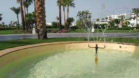 Stäng sig upp av vattenspringbrunnen, vatten tappar splashinng på vattenyttersida arkivfilmer