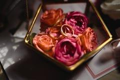 Stäng sig upp av verkliga blommadetaljer på gifta sig - exponeringsglascasketen för brud- cirklar royaltyfria foton