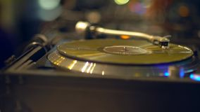 Stäng sig upp av vinylskiva på den moderna skivtallriken blured bakgrund arkivfilmer