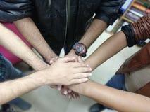 Stäng sig upp bästa sikt av ungdomarsom tillsammans sätter deras händer Vänner med bunten av händer som visar teamwork och enhet fotografering för bildbyråer