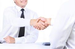Stäng sig upp bild av affärshandskakningen i mötet för handpartnerskap för begrepp olikt pussel två för stycken Arkivfoton
