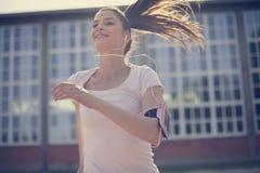Stäng sig upp bild av att le spring för ung kvinna royaltyfria bilder