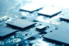 Stäng sig upp bild av brädet för den elektroniska strömkretsen med processorer i ljust ljus Datateknikbegreppsbakgrund Royaltyfri Fotografi
