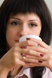 Stäng sig upp bild av en flicka med en kopp royaltyfria bilder