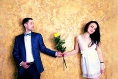 Stäng sig upp bild av ett lyckligt par med blommor som ler till cet Arkivbild